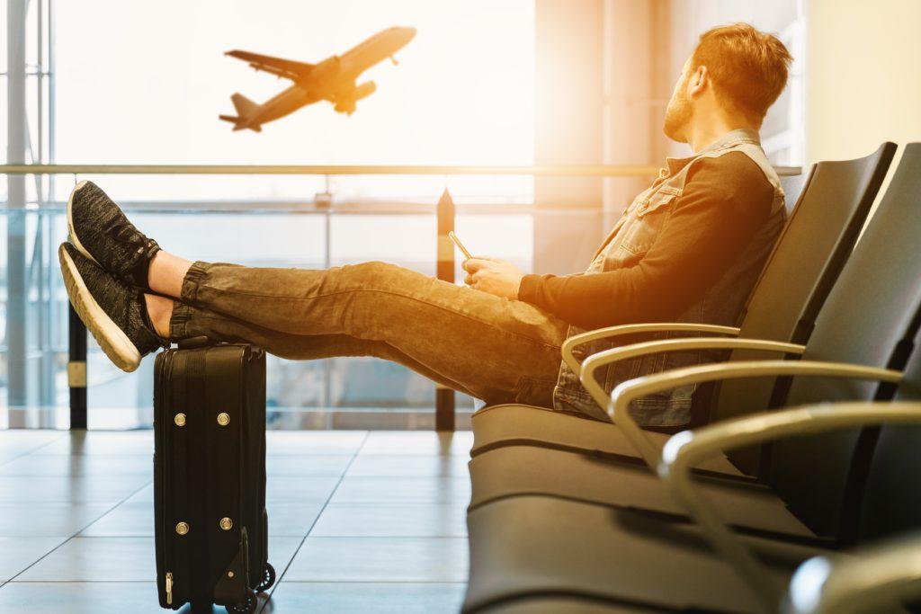 空港にいる男性