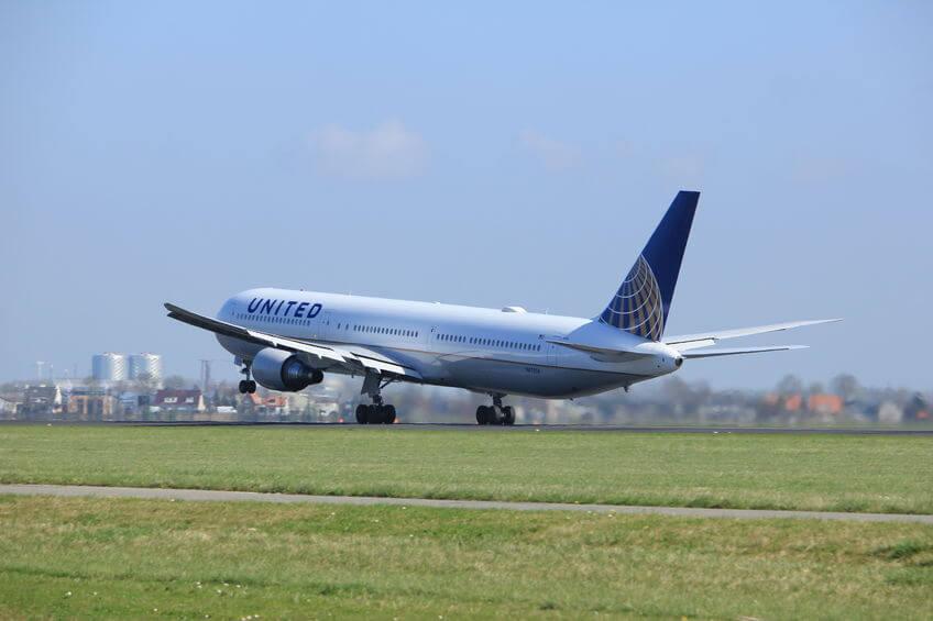 ユナイテッド航空の飛行機が離陸する様子