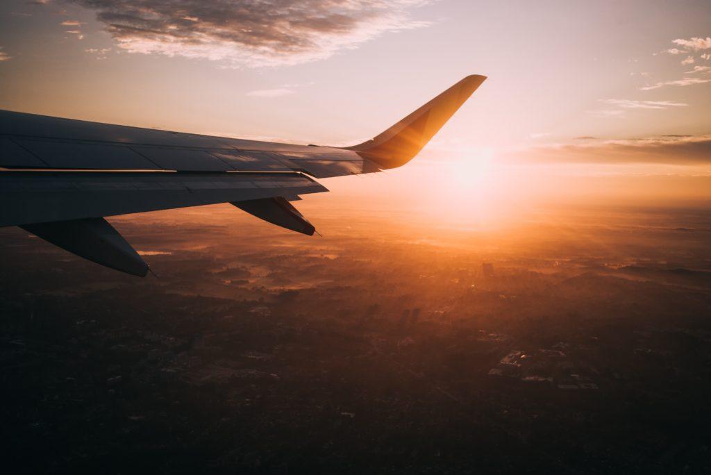 夕焼けに染まる飛行機の翼
