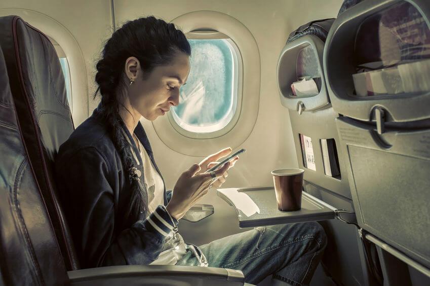 飛行機に搭乗している女性