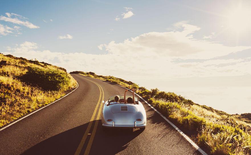 旅行をするカップル