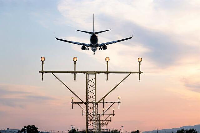 夕焼けに映る飛行機