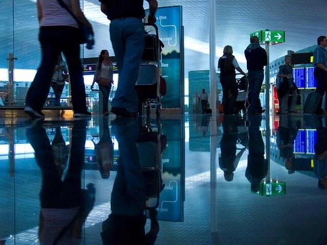 国際線の空港チェックインカウンター