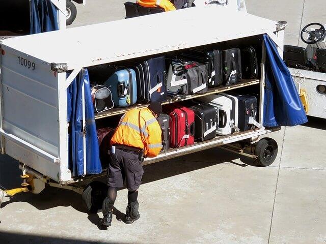 キャリーケースを飛行機の中に積んでいる様子