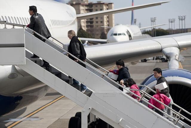飛行機に搭乗する搭乗客