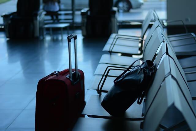 空港のベンチに置かれているキャリーケース