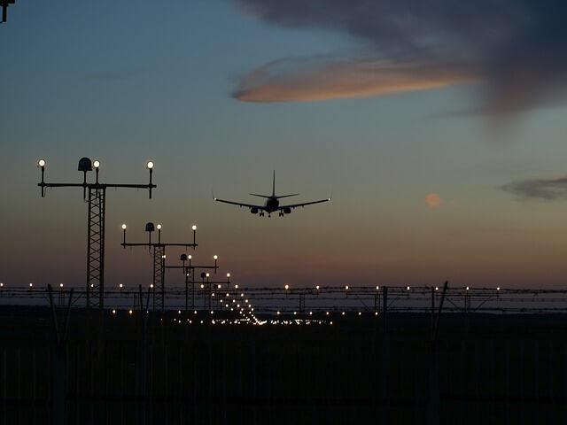 夕焼けに写る飛行機