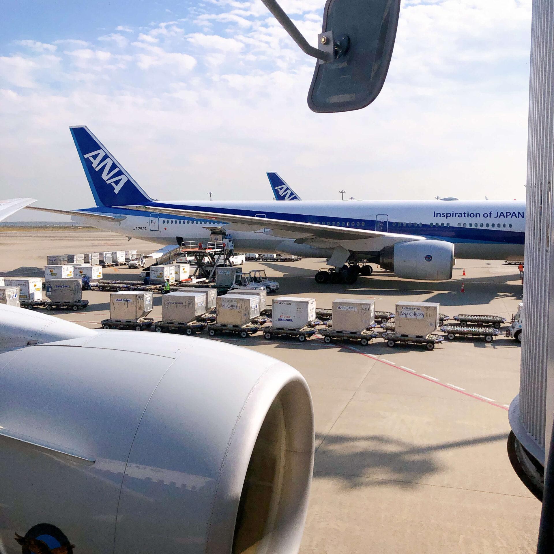 羽田空港第二ターミナルに駐機してあるANAの飛行機