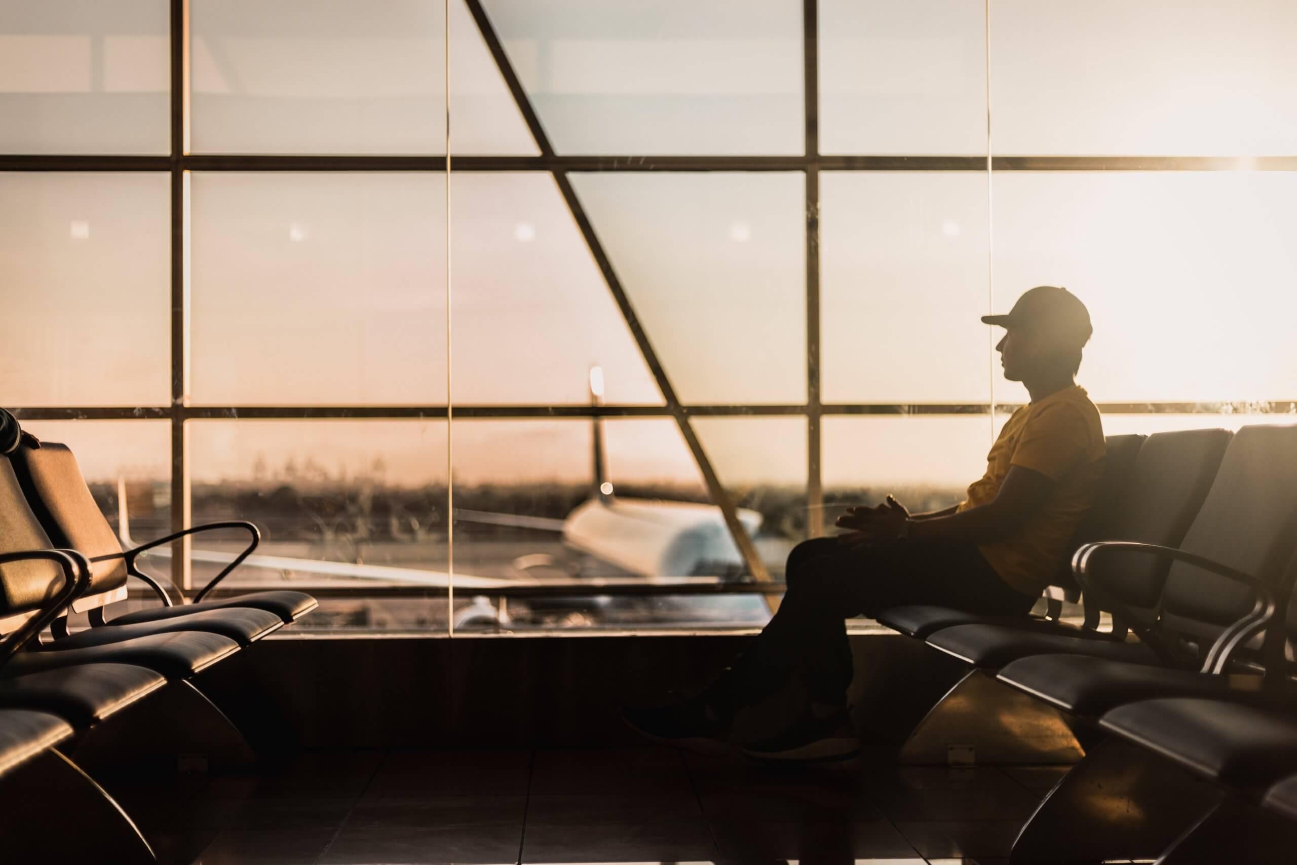 飛行機の出発時刻を待つ男性