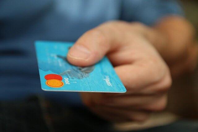 クレジットカードを差し出す様子