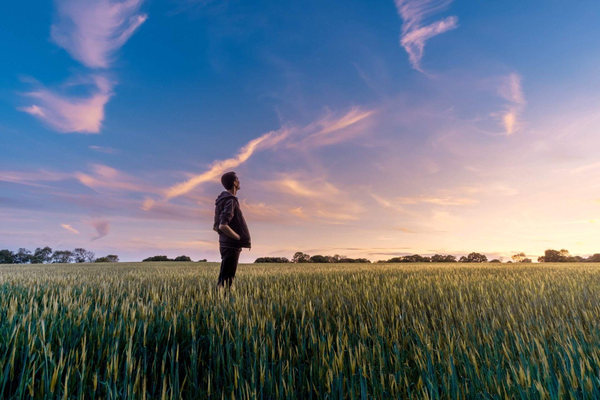 空を見上げ考え込む男性