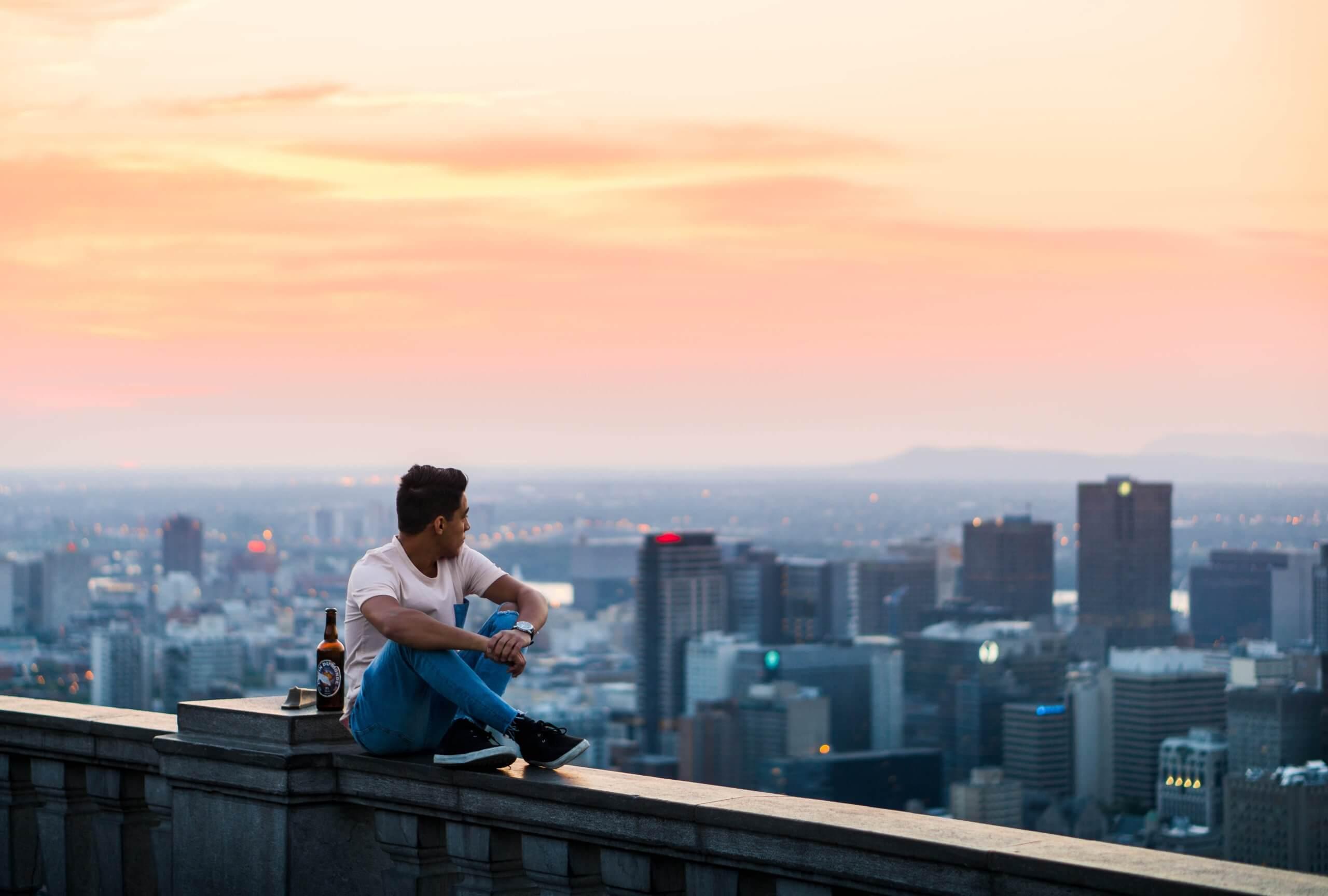 街の景色うを見ながら考える男性