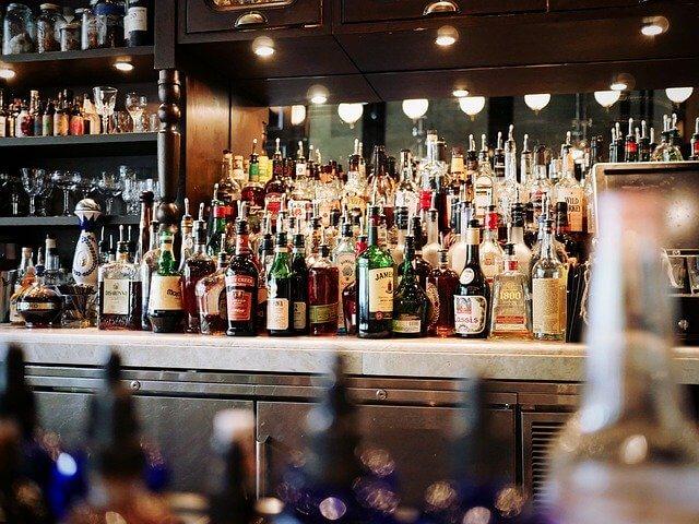 バーにたくさん置かれてあるリキュール