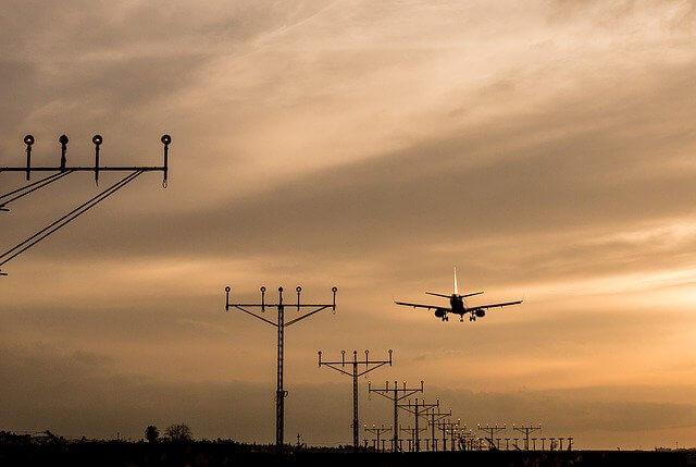夕焼けの空を飛行する飛行機