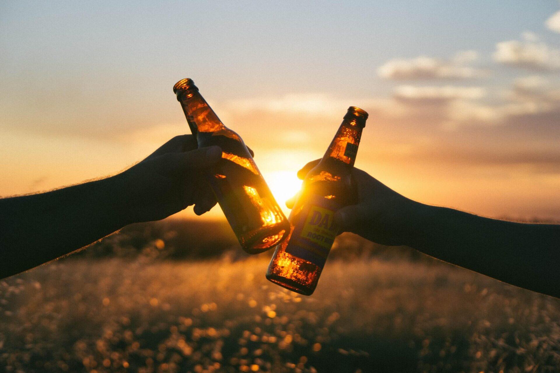 瓶ビールで乾杯している様子
