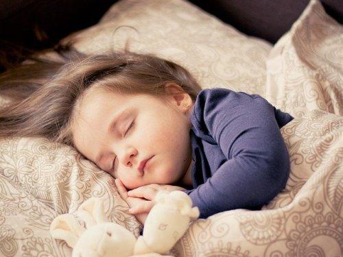 すやすや寝ている女の子